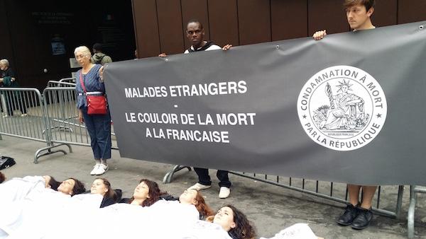"""""""Le couloir de la mort à la française"""" dixit les associations. ©LB/Rue89Lyon"""