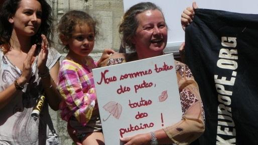 Une manifestante devant l'église Saint-Nizier. ©MC/Rue89Lyon