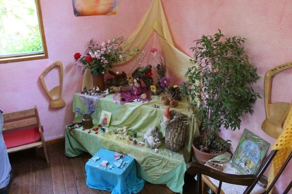 Un autel de saison, garni par les enfants de matériaux ramassés dans la nature (crédit : LM / Rue89Lyon©)
