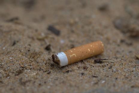 Un mégot sur la plage (Puzzlement/Flickr/C)