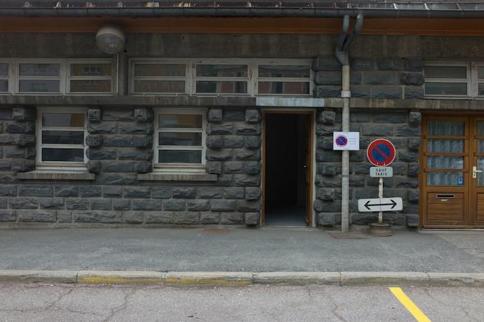 "L'entrée de la ""salle des clandestins"" dans un des bâtiments de la gare de Modane ©Benjamin Vanderlick"