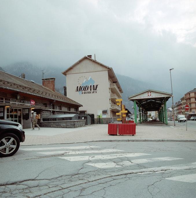 Les locaux de la PAF, dont le local de rétention, se trouvent dans le grand bâtiment blanc, à côté de l'entrée de la gare. ©Benjamin Vanderlick
