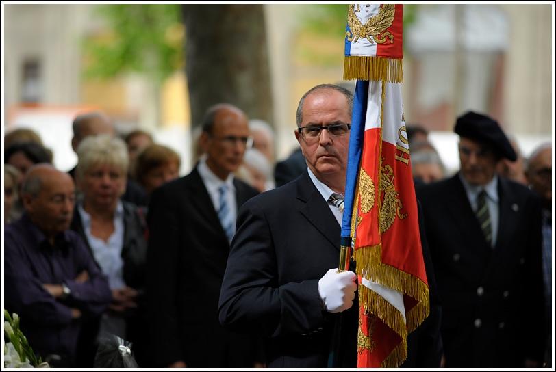 Kamel Mouellef et le drapeau du 1er régiment de tirailleurs le 8 mai 2011, place Sainte-Blandine (Lyon 2e). © DR