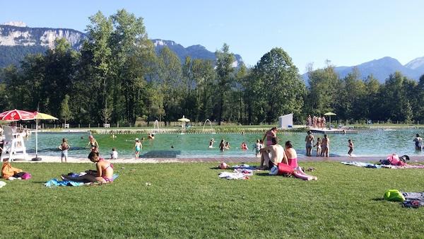 """Le bassin de la baignade écologique """"Rivièr'Alp"""" situé sur les communes des Echelles (Savoie) et d'Entre-deux-Guiers (Isère) ©LB/Rue89Lyon"""