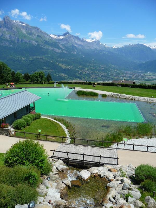 En dehors du bassin de filtration, les plantes le long des bassins de baignades sont ornementales. Ici Le plan d'eau de Combloux sont ©Audrey Boigne
