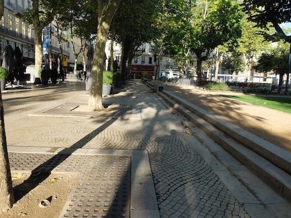 """Photo prise par Xabi. Sa légende : """"Le 25 août à 8h30, Place Jean Jaurès. Les zonards ont préféré ne pas être sur la photo. Du coup, ils sont juste derrière moi quand je prends la photo, ils se posent habituellement sur ces marches."""""""