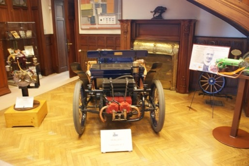 Quelques pièces de la collection de la fondation sont exposées dans le hall principal : au centre, la première voiture montée par Marius Berliet, à droite, son premier moteur ©MP/Rue89Lyon