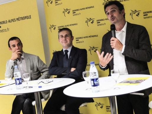 Le maire de Grenoble au micro, Eric Piolle (EELV). À sa droite, le président de la Métropole Christophe Ferrari (PS) et le vice-président en charge de la mobilité Yann Mongaburu (EELV). ©VG/Rue89Lyon