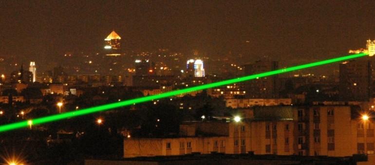 Un laser dans le ciel lyonnais, entre Fourvière et Vaulx-en-Velin
