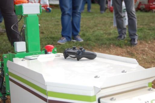 Télécommande de Playstation 4 pour guider le robot Oz en dehors de la parcelle / Photo BE pour Rue89Lyon