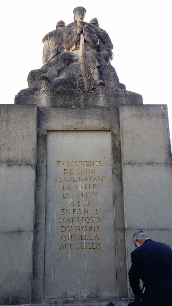 """Le dos du monument aux morts d'Oran avec les inscriptions ajoutées depuis qu'il est implanté à la Duchère : """"En souvenir de leur terre, la Ville de Lyon a ses enfants d'Afrique du Nord qu'elle a accueillis"""". ©LB/Rue89Lyon"""