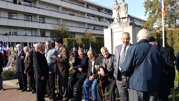 17 harkis rassemblés pour devant le monument aux morts de la Duchère le 25 septembre 2015. ©LB/Rue89Lyon