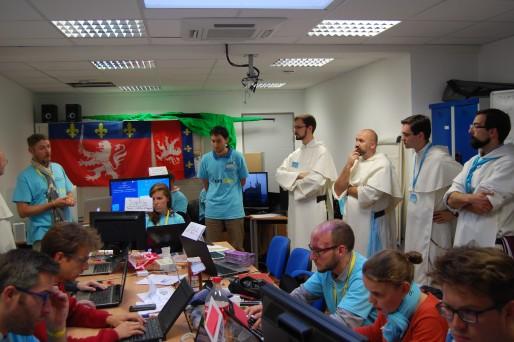 Des frères dominicains visitent la war rom de l'équipe de communication © BE Rue89Lyon
