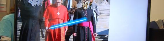 Le cardinal Barbarin avec un sabre laser
