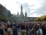 Sur le parvis de la Basilique Notre-Dame-du-Rosaire dans le sanctuaire de Lourdes, où 20 000 pèlerins étaient annoncés pour la messe inaugurale mercredi 11 octobre 2015 © BE Rue89Lyon