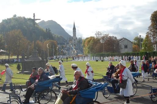 Procession de l'après-midi dans le sanctuaire de Lourdes à l'occasion du pèlerinage du Rosaire © BE Rue89Lyon