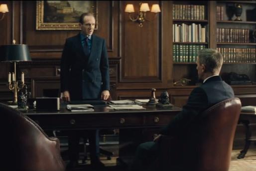 Un classique chez Bond, la scène dans le bureau de M (Ralph Fiennes).