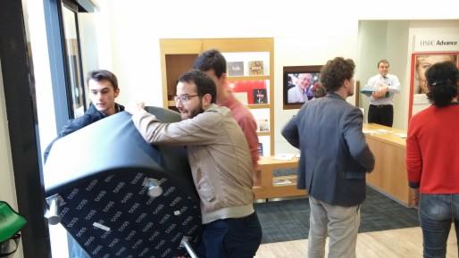 Les militants repartent avec les trois fauteuils disposés dans l'accueil de l'agence. © BE/Rue89Lyon