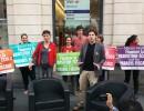 """Les """"Faucheurs de chaises"""", avec au premier plan Julien Bayou et Corinne Morel-Darleux, après avoir """"emprunté"""" trois fauteuils dans l'agence HSBC rue de la République à Lyon. © BE/Rue89Lyon"""