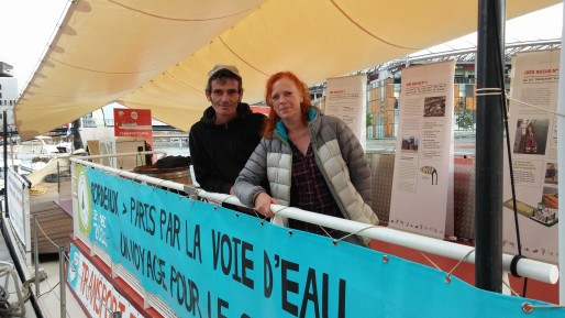 """Raphaël Sauzéat et Cécile Sauthier sur leur péniche """"L'Alizarine"""" amarrée sur le quai Rambaud à Confluence. © BE Rue89Lyon"""