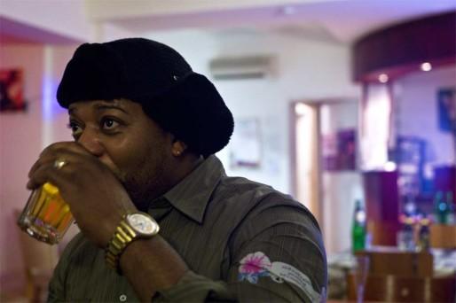 Le bar « La cour des grands », tenu par Tyson, du Congo-Brazzaville, est réputé pour ses soirées musicalement très animées. Crédit : Benjamin Vanderlick
