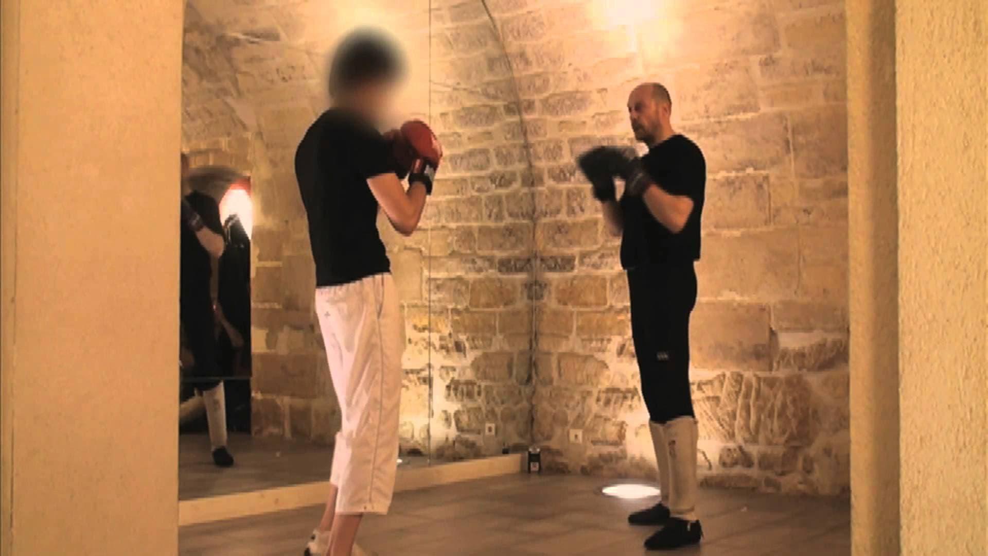 Capture d'écran d'une des vidéos d'Alain Soral où il se met en scène lors d'une démonstration de boxe française.