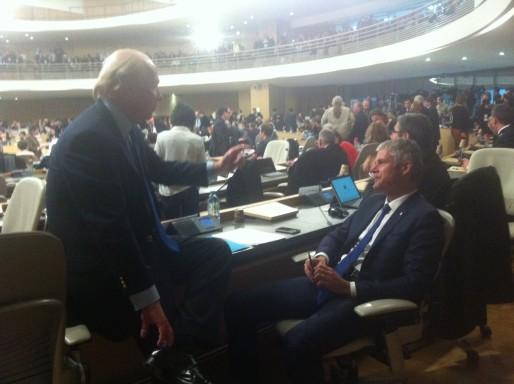 Laurent Wauquiez et Brice Hortefeux en papote pendant une suspension de séance, ce lundi 4 janvier. Crédit : Rue89Lyon.