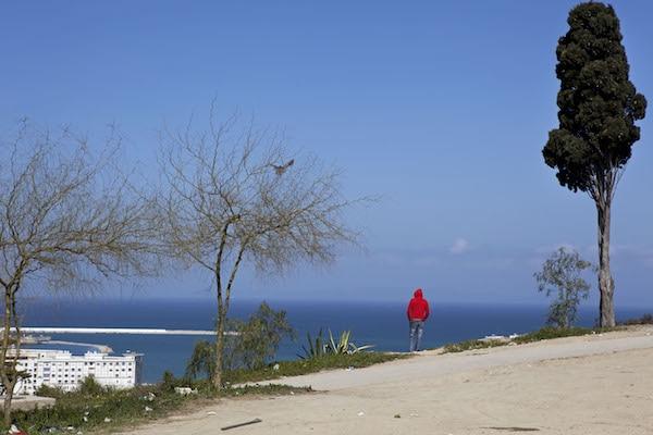 A Tanger, un jeune Marocain regardant l'Espagne. ©Patrick Zachmann