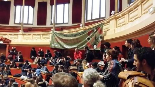 Jeudi 11 février, des étudiants du Collectif occupent l'amphi d'honneur de l'université Lyon 2 © Photo LB/Rue89Lyon