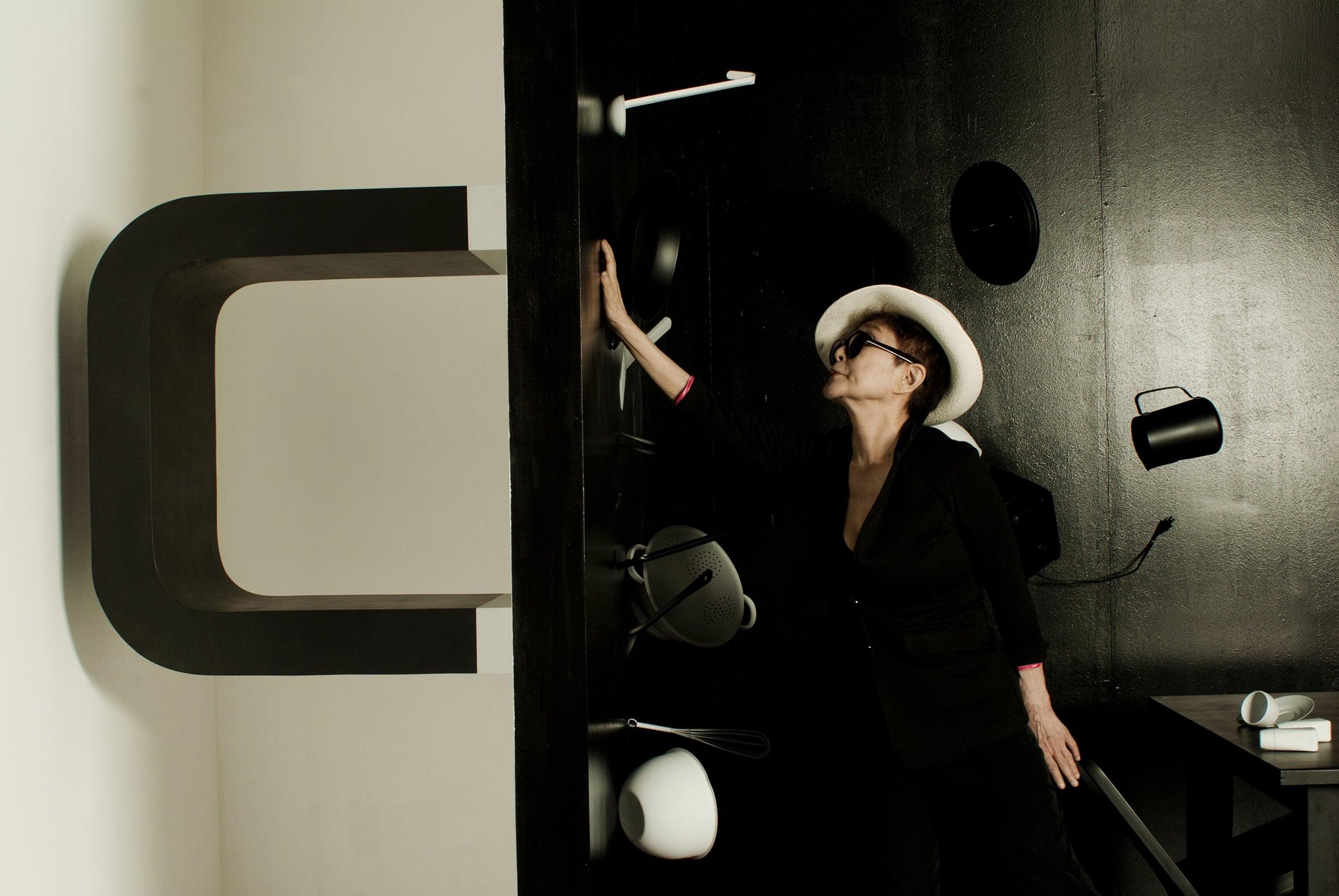 Vue de la rétrospective YOKO ONO Lumière de L'aube au MAC Lyon (09 mars – 10 juillet 2016) Œuvre : Play It By Trust Courtesy Yoko Ono © Photo : Blaise Adilon