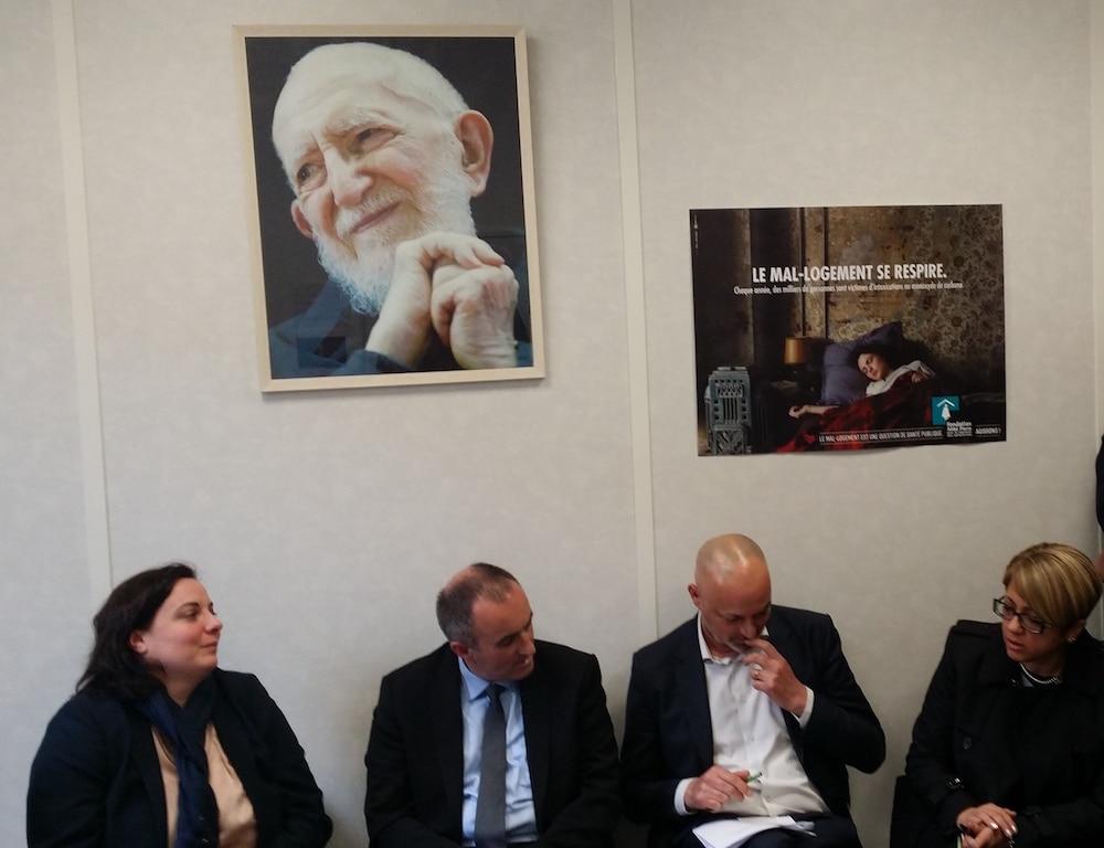 La ministre du logement, Emmanuelle Cosse (à gauche) dans les locaux de la Fondation Abbé Pierre à Lyon où elle présentait un plan de prévention des expulsions. ©LB/Rue89Lyon