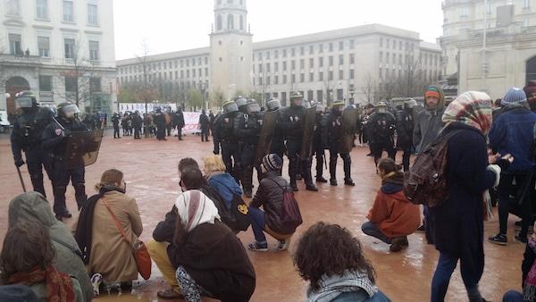 A 16h30, des manifestants faisaient face au CRS après plusieurs tirs de grenades lacrymogènes. ©LB/Rue89Lyon