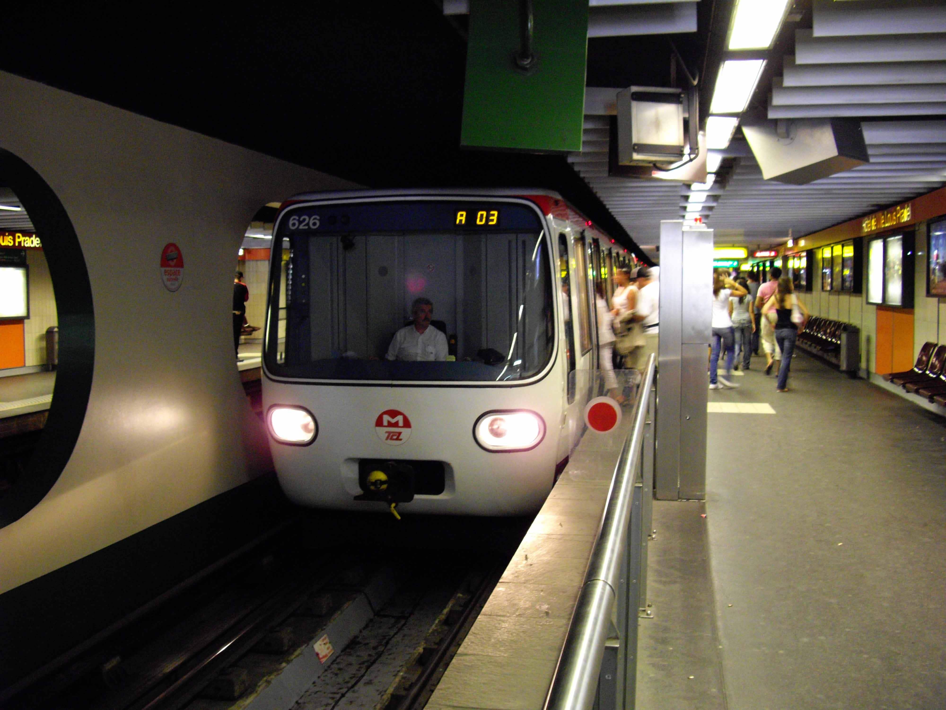 Un métro à la station Hôtel de ville Louis Pradel @ Florian Fèvre