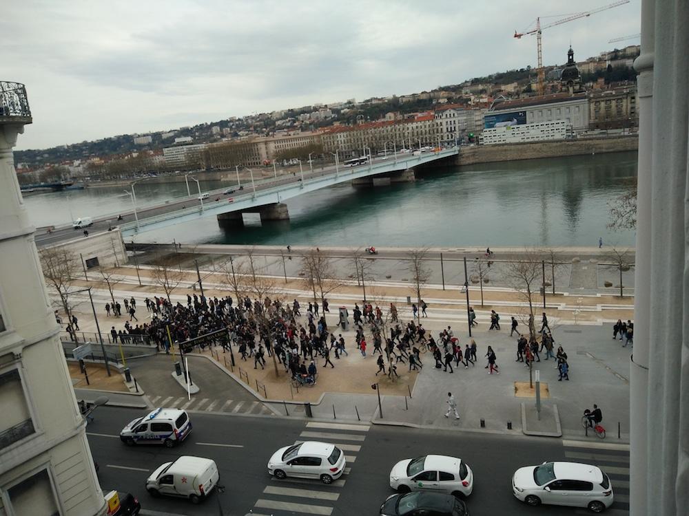 Quelques dizaines de lycéens, quai Augagneur (Lyon 3e) en milieu de matinée. ©DR