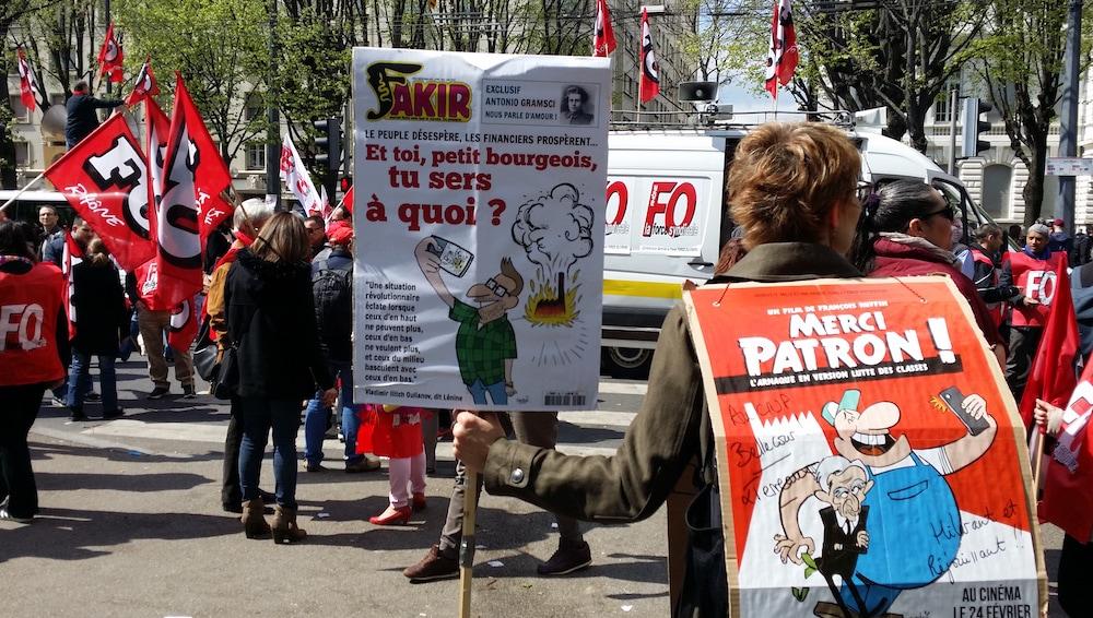 """Dans le cortège lyonnais du 9 avril, une manifestante fait de la promo pour le documentaire """"Merci Patron !"""" projeté régulièrement lors des rassemblements """"Nuit Debout"""". ©LB/Rue89Lyon"""