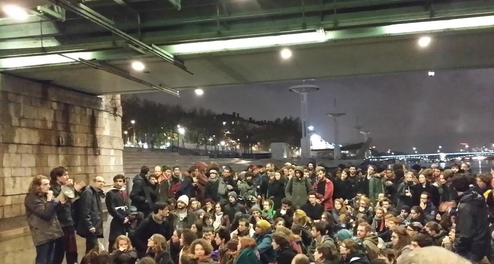 """L'assemblée générale """"Nuit Debout Lyon"""" sous le pont de la Guillotière. ©LB/Rue89Lyon"""