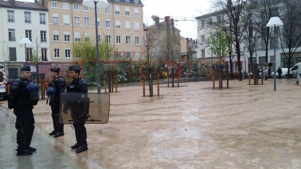 """Place Mazagran à la Guillotière, des gendarmes mobiles ont été déployés pour interdire l'occupation """"Nuit Debout Lyon"""". ©LB/Rue89Lyon"""