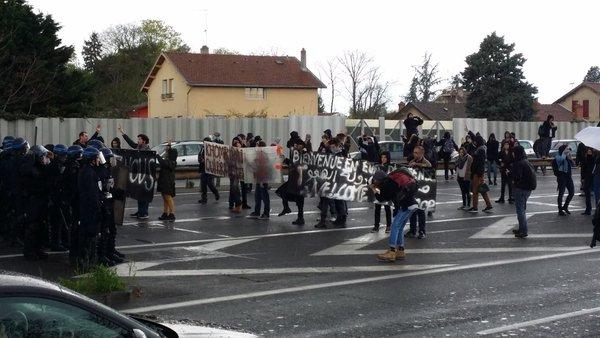 Blocage express du périph lyonnais par des manifestants contre la venue de Manuel Valls et autres ministres. ©LB/Rue89Lyon