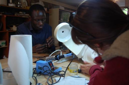 Alassane est spécialisé dans la réparations des smartphones et des tablettes. © BE/ Rue89Lyon