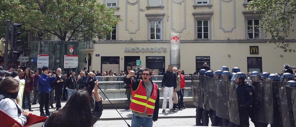 Un des membres du service d'ordre de la CGT positionné entre les manifestants et les policiers, place Gabriel Péri, juste après une tentative de dévier le cours de la manif. ©LB/Rue89Lyon
