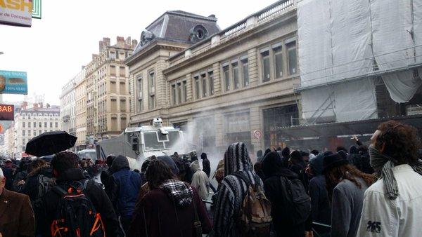 Rue de la Barre, le canon à eau est entré en action. ©LB/Rue89Lyon
