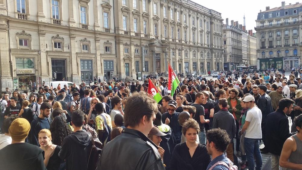 Le rassemblement contre le recours au 49-3 place des Terreaux vers 18 heures. ©LB/Rue89Lyon