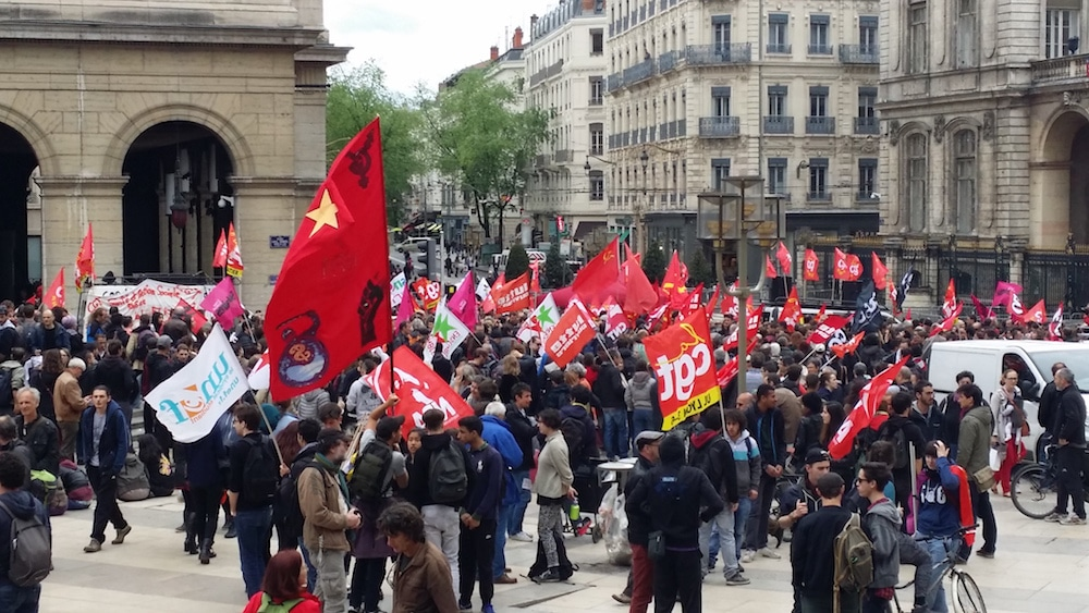 Plus de 700 personnes réunies places Louis Pradel à Lyon, ce jeudi 12 mai, contre la loi travail. ©LB/Rue89Lyon