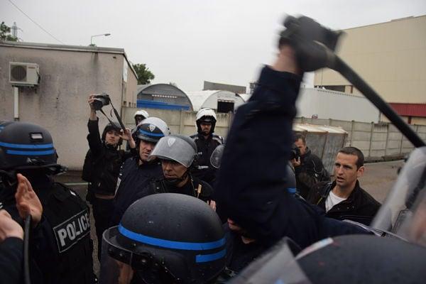 La police à repousser les manifestants à coups de matraques et de gazs lacrymogène