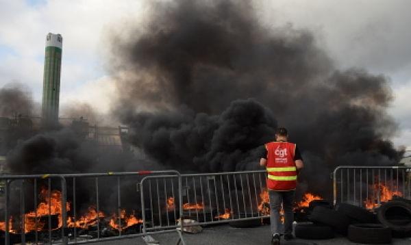 C'est avec des pneus brulés que les syndicalistes de Sud et de la CGT ont bloqué le principal accès au port de Gerland le 9 juin. © SS/Rue89Lyon