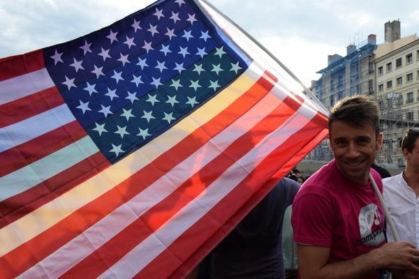 Près d'un millier de personnes se sont rassemblés ce Mercredi place des Terreux, pour rendre hommage aux victimes d'Orlando. ©SS/Rue89Lyon