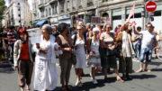 """Sept """"mères debout"""" brièvement en tête de la manifestation le 28 juin à Lyon. ©LB/Rue89Lyon"""