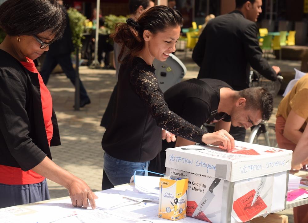 Les passants glissaient régulièrement leur vote dans l'urne installée à par l'intersyndicale devant la gare Part-Dieu. SS/Rue89Lyon