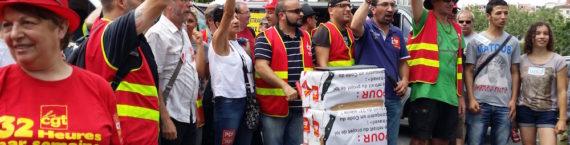 """Au centre, le secrétaire de l'union départementale CGT, João Pereira Afonso qui s'apprête à remettre les bulletins de la """"votation citoyenne"""" au représentant du préfet du Rhône. ©LB/Rue89Lyon"""