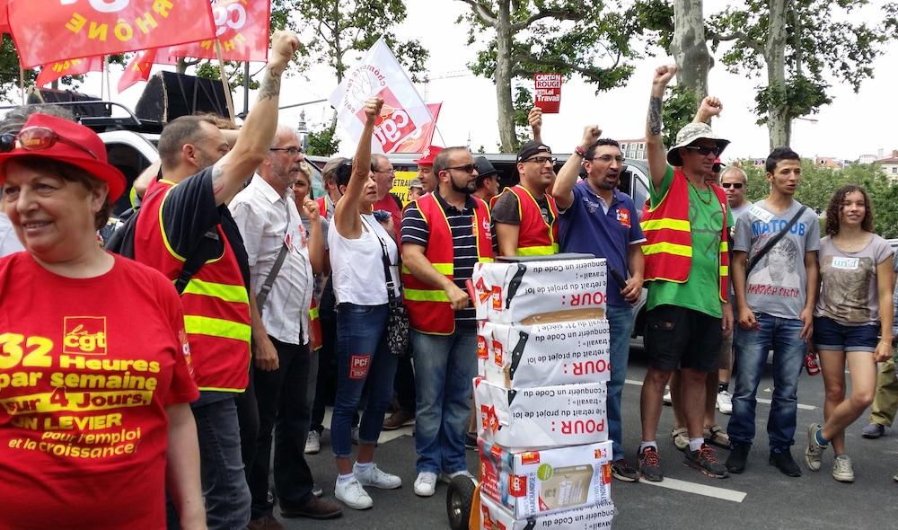 """Après une nouvelle manifestation, au centre, le secrétaire de l'union départementale CGT, João Pereira Afonso qui s'apprête à remettre les bulletins de la """"votation citoyenne"""" au représentant du préfet du Rhône. ©LB/Rue89Lyon"""